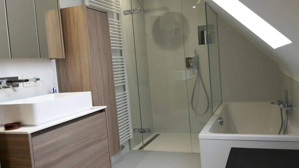 Inloopdouche Met Wastafels : Close van glas inloopdouche eenvoudige spiegel witte keramische